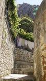 狭窄的街道在老镇在Omis 库存图片