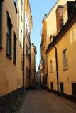 狭窄的街道在老镇我斯德哥尔摩 库存照片