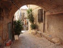 狭窄的街道在老镇科阿拉兹在法国 免版税库存照片