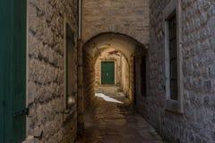 狭窄的街道在老镇-科托尔,黑山 免版税库存照片