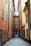 狭窄的街道在老镇(Gamla斯坦)斯德哥尔摩 库存照片