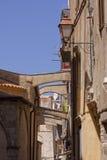 狭窄的街道在老镇Bonifacio,可西嘉岛,法国 库存照片