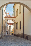狭窄的街道在老镇Olomouc,捷克 免版税库存图片