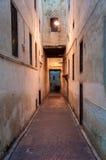 狭窄的街道在菲斯麦地那  免版税库存照片