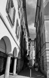 狭窄的街道在贝林佐纳 小行政区提契诺州,瑞士 免版税库存照片