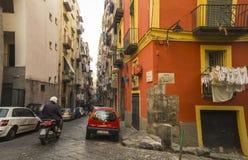 狭窄的街道在那不勒斯,意大利的历史中心 图库摄影