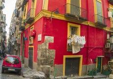 狭窄的街道在那不勒斯,意大利的历史中心 免版税库存图片