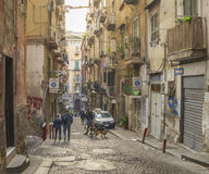 狭窄的街道在那不勒斯,意大利的历史中心 库存图片