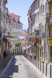 狭窄的街道在里斯本历史的区  免版税库存照片