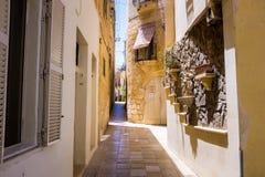 狭窄的街道在马耳他 免版税库存图片