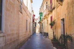 狭窄的街道在马耳他 免版税图库摄影