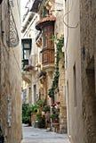 狭窄的街道在马耳他 免版税库存照片