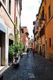 狭窄的街道在2014年5月31日,罗马的老城市 免版税库存照片