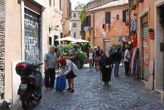 狭窄的街道在2014年5月31日,罗马的老城市 免版税库存图片
