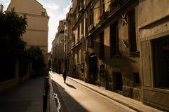 狭窄的街道在巴黎 免版税图库摄影