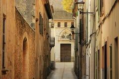 狭窄的街道在Alcudia,马略卡,西班牙 免版税图库摄影