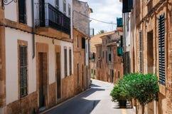 狭窄的街道在Alcudia,马略卡,西班牙 免版税库存照片