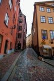 狭窄的街道在Gamla斯坦,斯德哥尔摩 免版税图库摄影