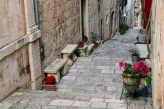 狭窄的街道在Korcula老镇,克罗地亚 图库摄影