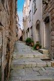 狭窄的街道在Korcula老镇,克罗地亚 免版税库存图片