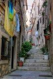 狭窄的街道在Korcula老镇,克罗地亚 库存照片
