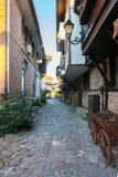 狭窄的街道在Nessebar保加利亚古镇  免版税库存照片