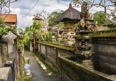 狭窄的街道在Ubud,巴厘岛,印度尼西亚 库存图片