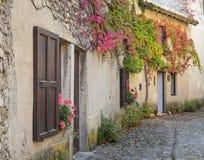 狭窄的街道的美丽的房子通过在中世纪villag 免版税库存图片