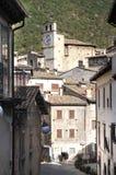 狭窄的街道的老妇人在Scanno,意大利 库存照片