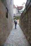 狭窄的街道的远足者 库存照片