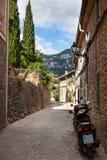 狭窄的街道老传统房子村庄,马略卡 免版税库存图片