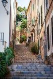 狭窄的街道,马略卡,西班牙 免版税库存照片