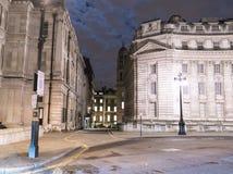 狭窄的车道在伦敦在晚上 图库摄影