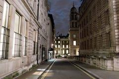 狭窄的车道在伦敦在晚上 库存图片