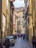 狭窄的车道在佛罗伦萨-佛罗伦萨/意大利- 2017年9月12日的历史的市中心 免版税库存照片