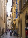 狭窄的车道在佛罗伦萨-佛罗伦萨/意大利- 2017年9月12日的历史的市中心 图库摄影
