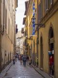 狭窄的车道在佛罗伦萨-佛罗伦萨/意大利- 2017年9月12日的历史的市中心 免版税库存图片