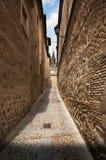 狭窄的车道在托莱多,西班牙老镇  免版税库存图片