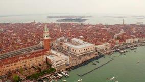 狭窄的运河和橙色屋顶在威尼斯 股票录像