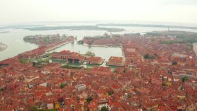 狭窄的运河和橙色屋顶在威尼斯 股票视频