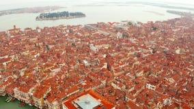 狭窄的运河和橙色屋顶在威尼斯 影视素材