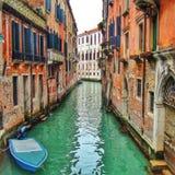 狭窄的运河在威尼斯(意大利) 库存照片