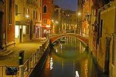 狭窄的运河在威尼斯 免版税图库摄影