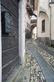 狭窄的鹅卵石街道在一个小高山村庄在阿尔卑斯 库存照片
