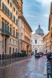 狭窄的鹅卵石街道在Centro Storico在罗马意大利 免版税库存图片