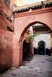 狭窄的麦地那曲拱街道在马拉喀什,摩洛哥 库存照片