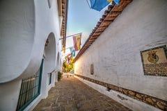 狭窄的backstreet在老镇圣塔巴巴拉 库存照片