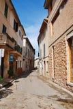 狭窄的Pollensa街道在马略卡 库存照片