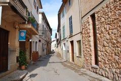 狭窄的Pollensa街道,马略卡 免版税库存图片