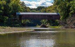 狭窄被遮盖的桥 图库摄影
